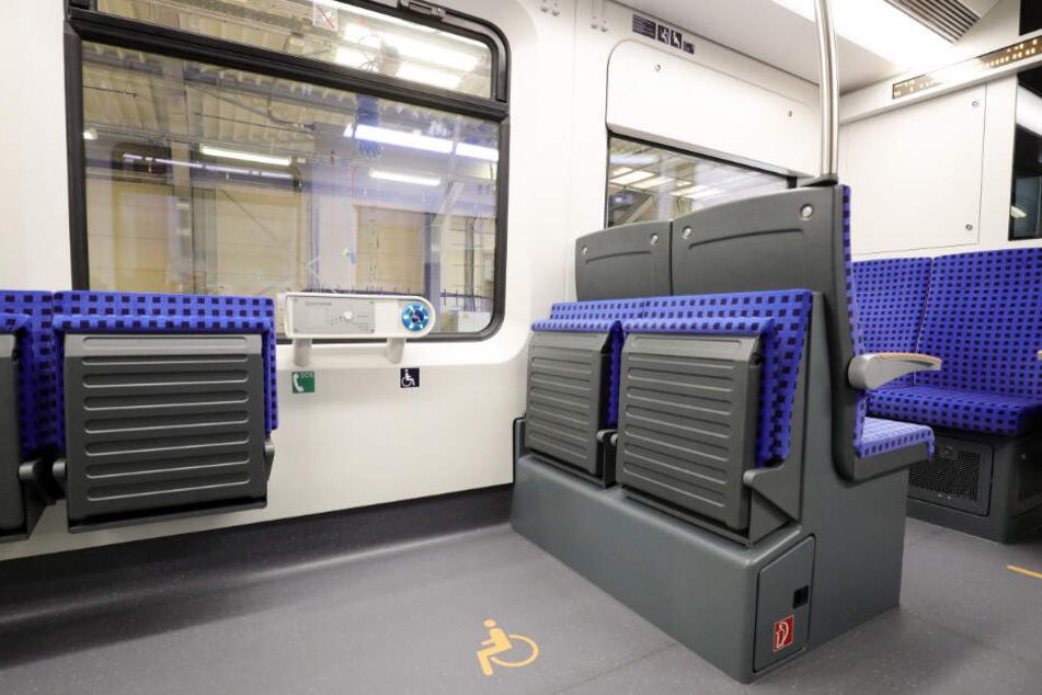 """Die Züge der Baureihe """"ET 490"""" bringen eine Sprechstelle neben einem Platz für mobilitätseingeschränkte Fahrgäste mit sich."""