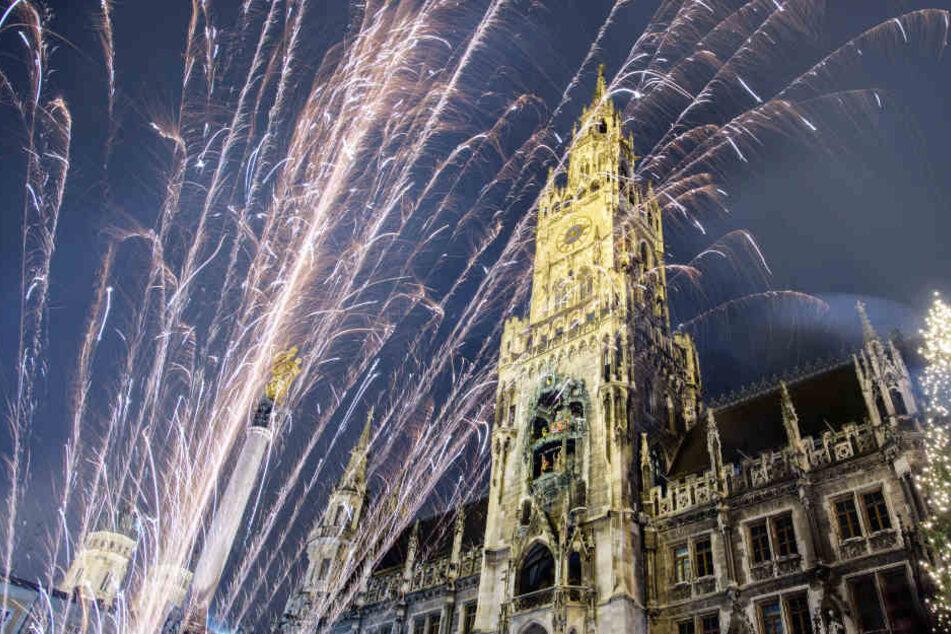 In der Innenstadt von München haben viele Menschen friedlich Silvester gefeiert.