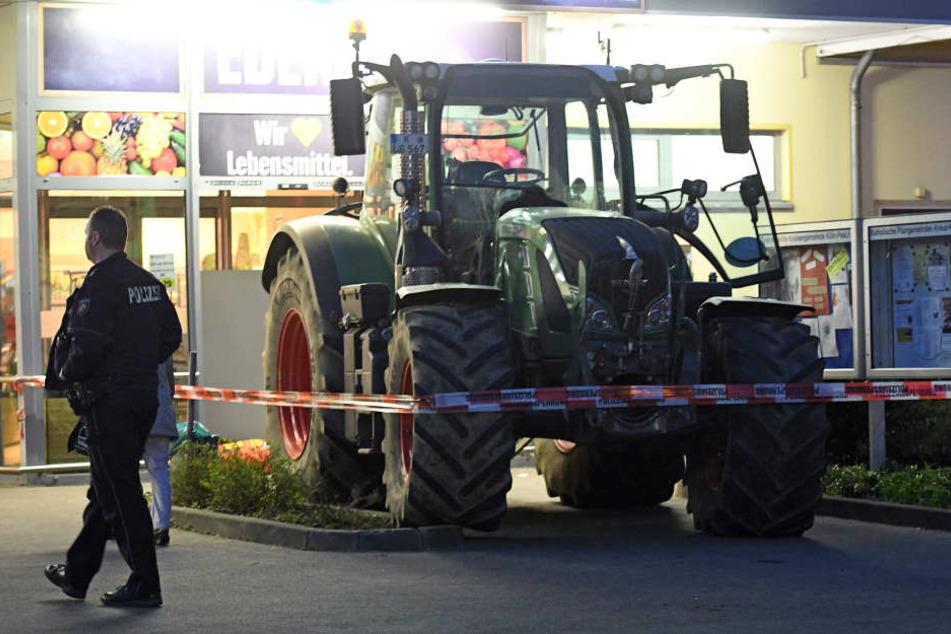 Diebe wollten in Köln einen Geldautomaten aus der Verankerung reißen - doch sie wurden von der Polizei gestört.