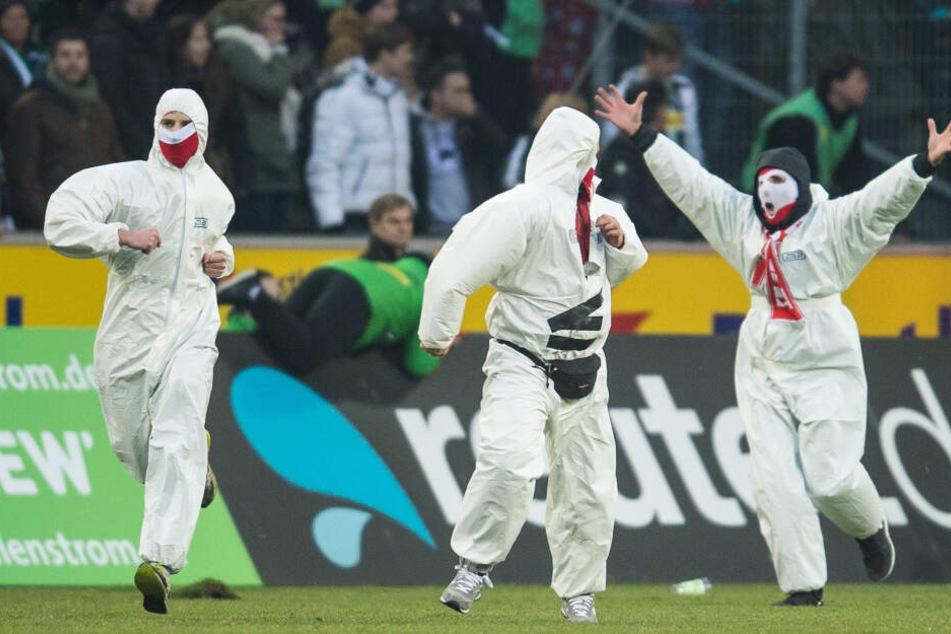 2015 liefen Kölner Fans beim Derby in Gladbach vermummt auf das Spielfeld der Gladbacher.