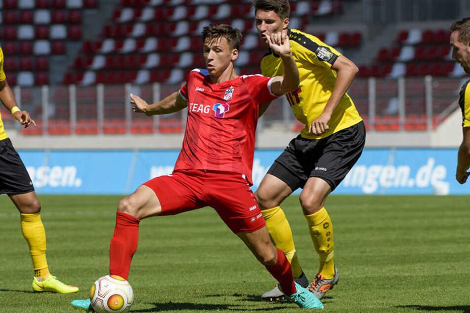 Theodor Bergmann (RWE) behauptet souverän den Ball.