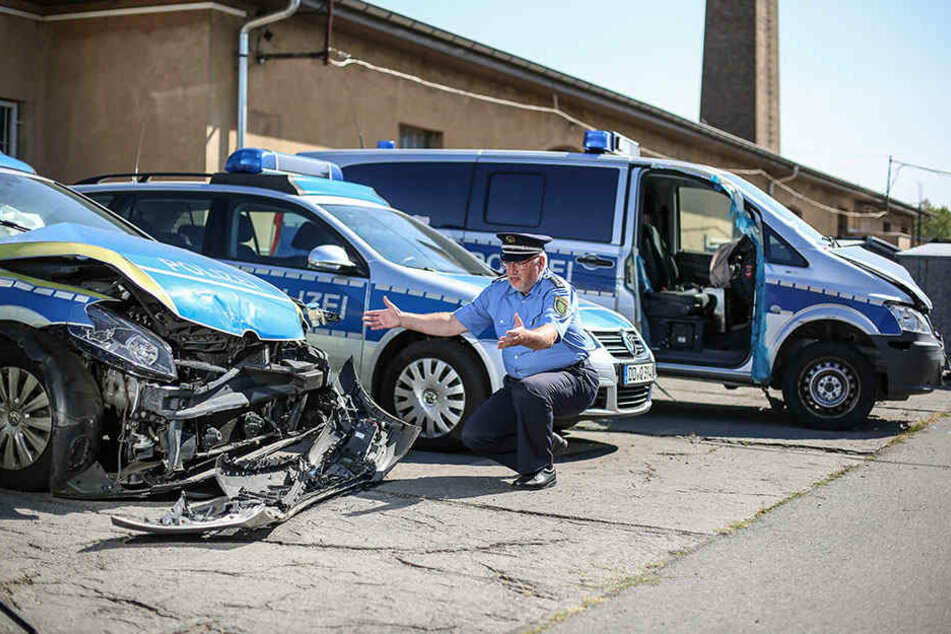 """Jürgen Scherf (59), Sprecher des Polizeiverwaltungsamtes, zeigt die """"Patienten"""", die im Hof auf eine Reparatur warten."""