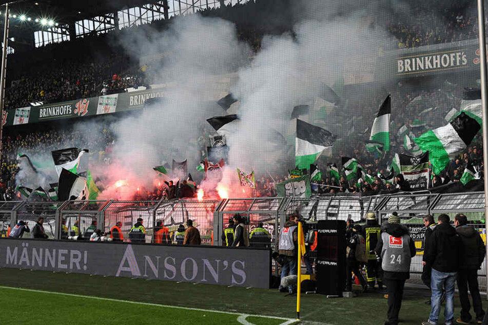 Etwa 150 Hannover96-Ultras haben im Zug und in Bielefeld randaliert.