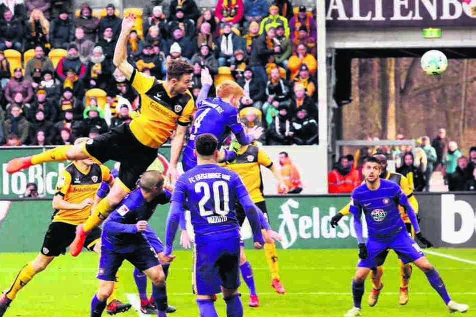 Florian Ballas (vorn.,l.) steigt höher als die Auer Abwehr und köpft wuchtig Richtung Tor.