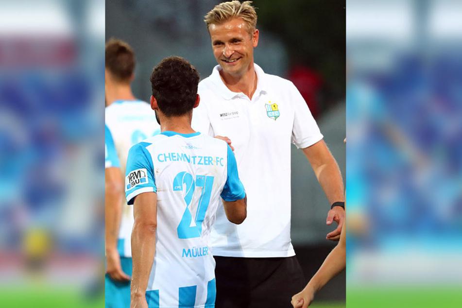 Am 1. August war die Welt noch in Ordnung: Trainer David Bergner freut sich mit Fabian Müller (r.) über den 2:0-Sieg gegen den BFC. Links Pascal Itter.