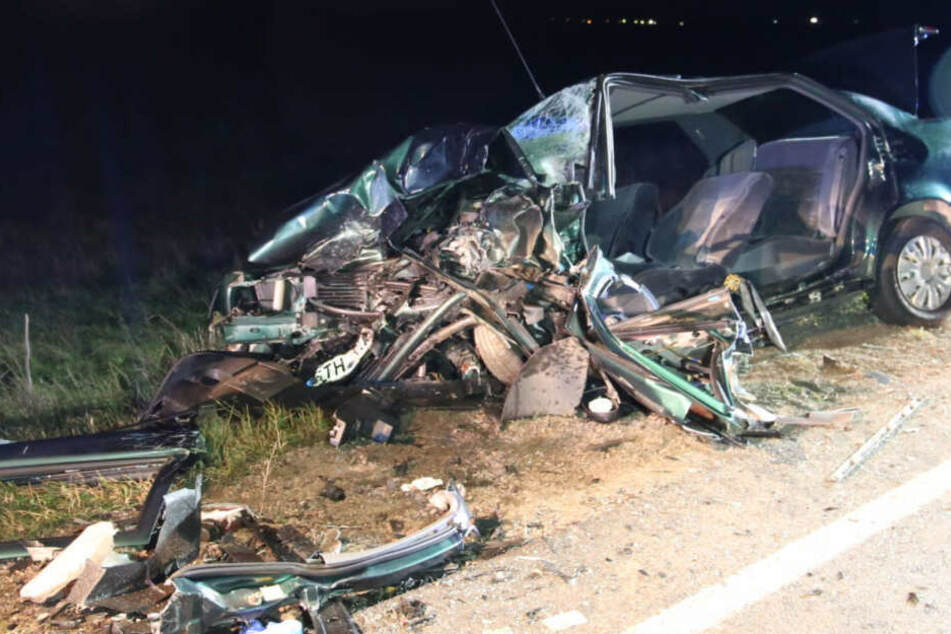 Reines Trümmerfeld! Autos werden bei schwerem Unfall völlig verformt