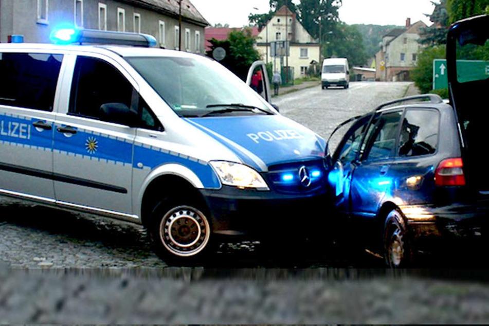 Druffi-Duo rast mit Volvo in Streifenwagen und verschanzt sich