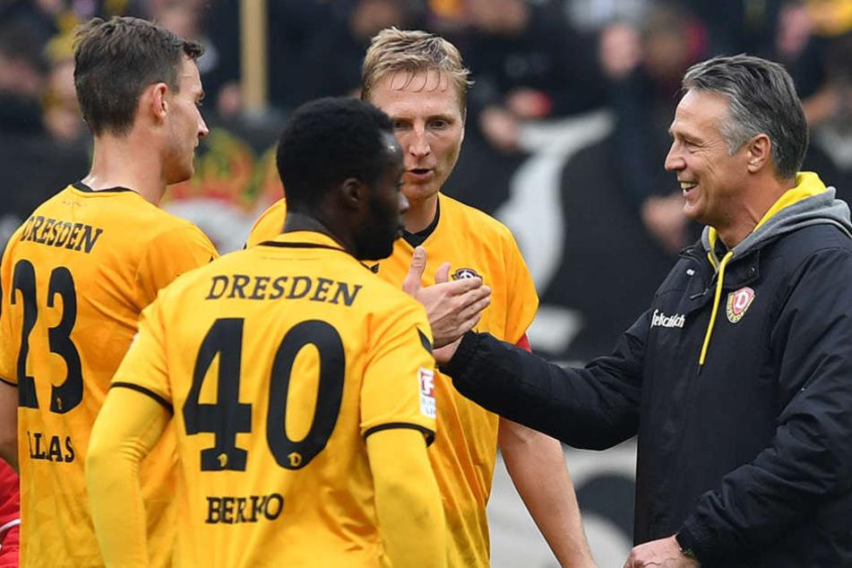 Kann Uwe Neuhaus (r.) mit seinen Dynamos am (Saison-)Ende vielleicht doch  der lachende Liga-Dritte sein?