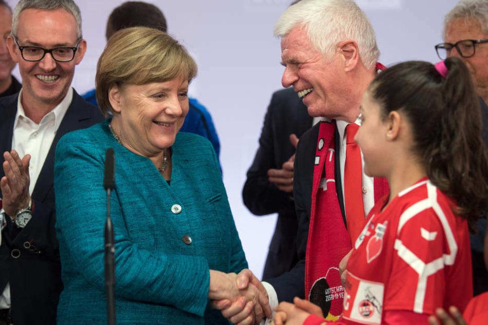 """Bundeskanzlerin Merkel trifft im April 2017 bei der Veranstaltung """"Wir zusammen"""" der Stiftung des 1. FC Köln Flüchtlingskinder und FC-Präsident Werner Spinner (r.)."""