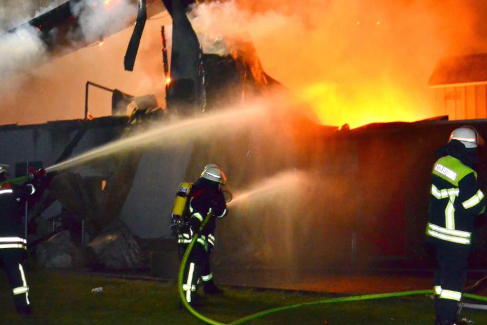 Die Einsatzkräfte waren mit den Löscharbeiten beschäftigt, als der Rüpel-Fahrer das Feuerwehrauto rammte! (Symbolfoto)