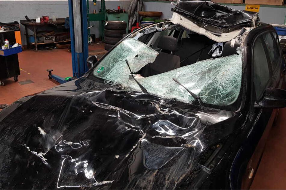 Der BMW wurde bei dem heftigen Zusammenstoß massiv beschädigt.