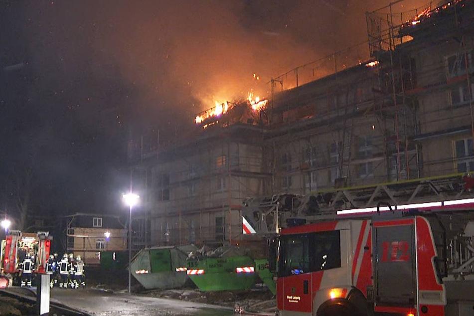 Das Feuer breitete sich im Dachstuhl aus.