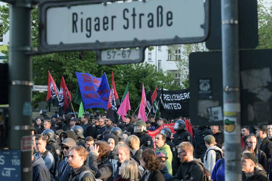 """Teilnehmer der linksradikalen """"Revolutionäre 1. Mai-Demonstration"""" in der Rigaer Straße. (Symbolbild/Archivbild)"""
