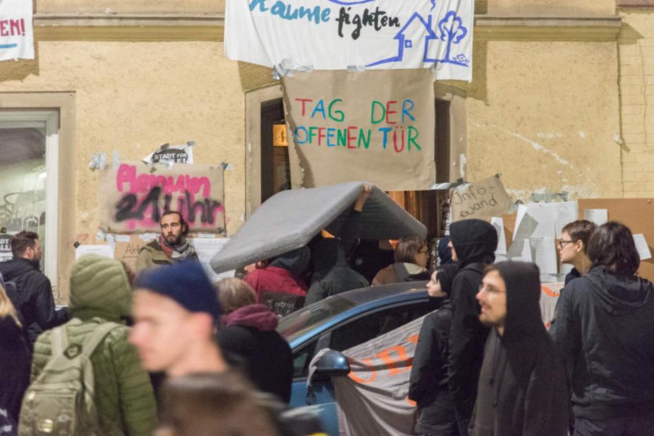 Noch ist unklar, wie viele Personen sich in dem Haus in der Carl-Zeiß-Straße aufhalten.