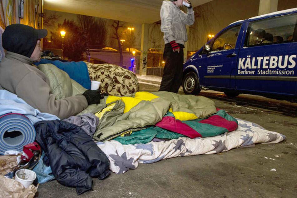 Ein Mitarbeiter des Kältebus-Teams kümmert sich um einen Berliner Obdachlosen. (Archivbild)