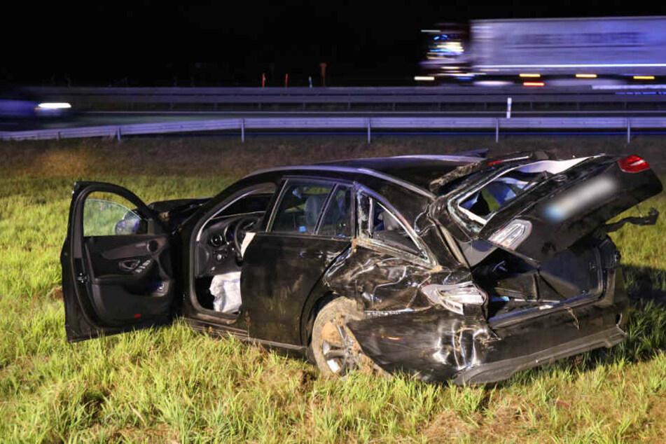 Aus eigener Kraft konnte sich der Fahrer nicht aus seinem Unfall-Fahrzeug befreien - Die Feuerwehr musste helfen.