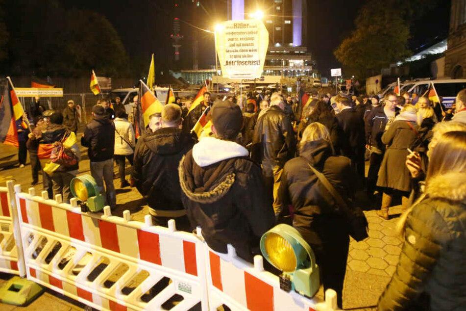 """Nur noch wenige Menschen nahmen an der """"Merkel muss weg""""-Demonstration teil."""