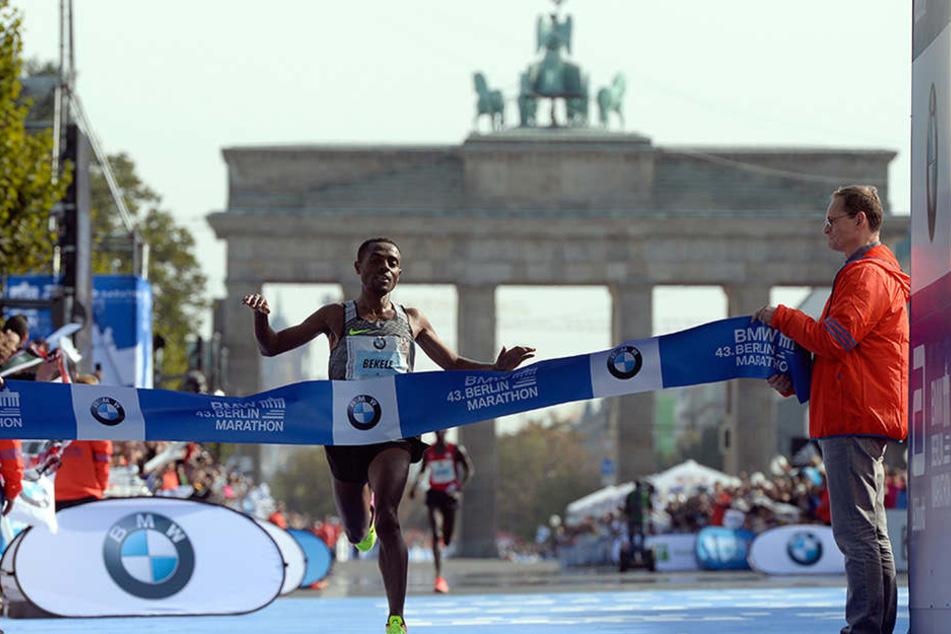Der Äthiopier Kenenisa Bekele freut sich am 25.09.2016 nach dem 43. Berlin-Marathon in Berlin als Sieger im Ziel.