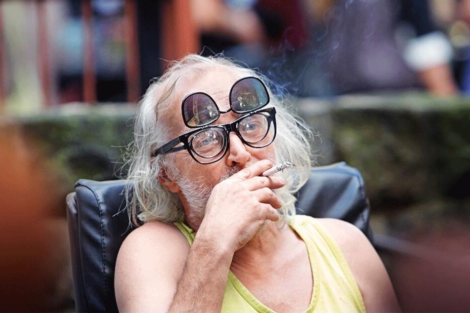Lutz Fleischer, wie ihn die Neustadt kennt: Lässig, mit Brille(n) und Zigarette, Zug um Zug über Gott und die Welt philosophierend.