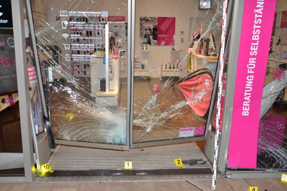 Mit einem VW Golf raste das Täter-Trio in den sicherheitsverglasten Eingangsbereich des Telekom-Ladens.