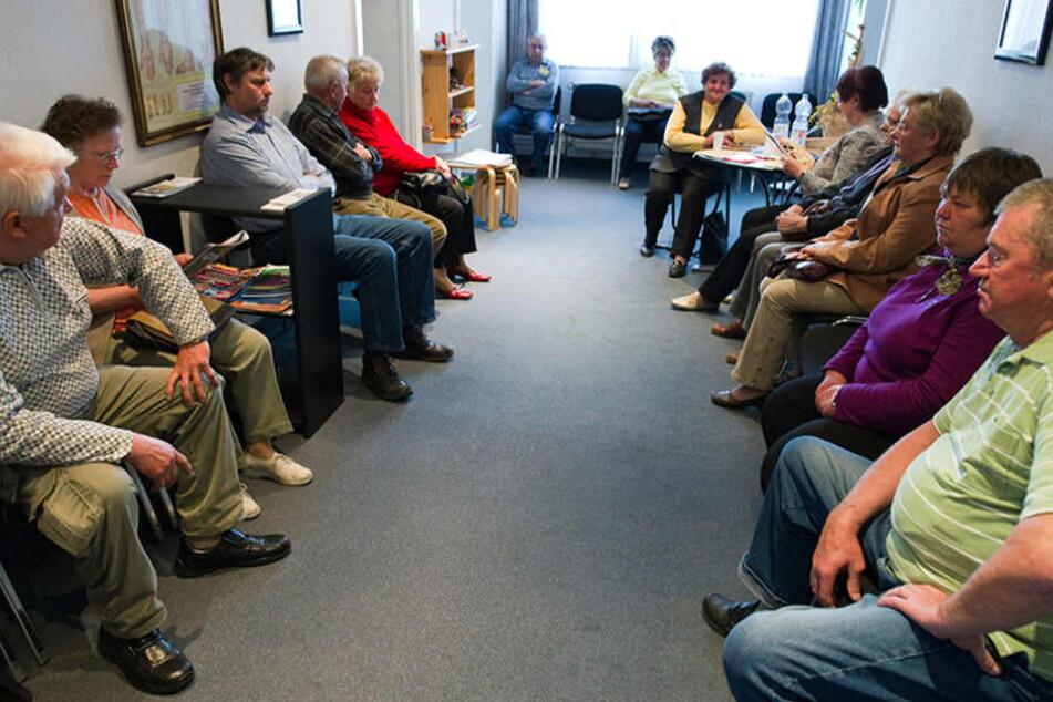 Viele Patienten sitzen in einem Wartezimmer einer Arztpraxis im brandenburgischen Briesen (Oder-Spree).
