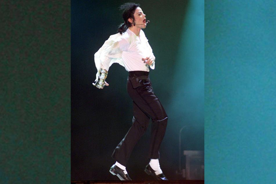 """27.06.1999, München: Pop-Sänger Michael Jackson singt beim """"Michael Jackson & Friends""""-Benefiz-Konzert im ausverkauften Olympiastadion."""