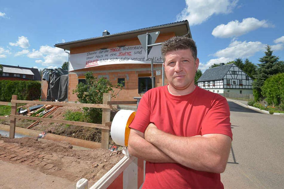 Familienvater Ronny Roch (38) wollte eigentlich im August in sein Haus einziehen. Jetzt sitzt er auf einer Ruine, keiner will für den Schaden verantwortlich sein.
