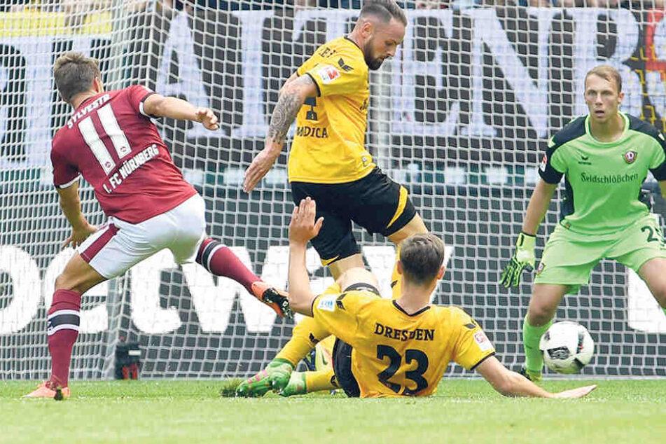 Gebannt beobachtet Keeper Marvin Schwäbe (r.), wie GulianoModica (M.) und Florian Ballas (am Boden) Nürnbergs StürmerJakub Sylvestr stoppen.