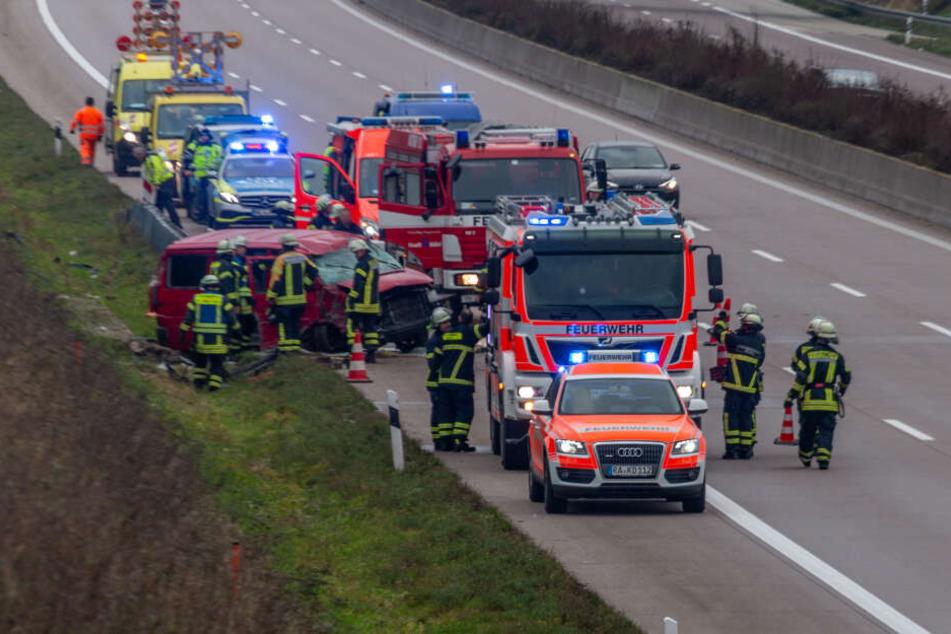 Fahrer übermüdet? VW-Bus überschlägt sich auf Autobahn