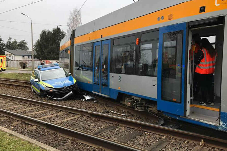 Crash in Leipzig! Polizeiwagen kracht in Tram