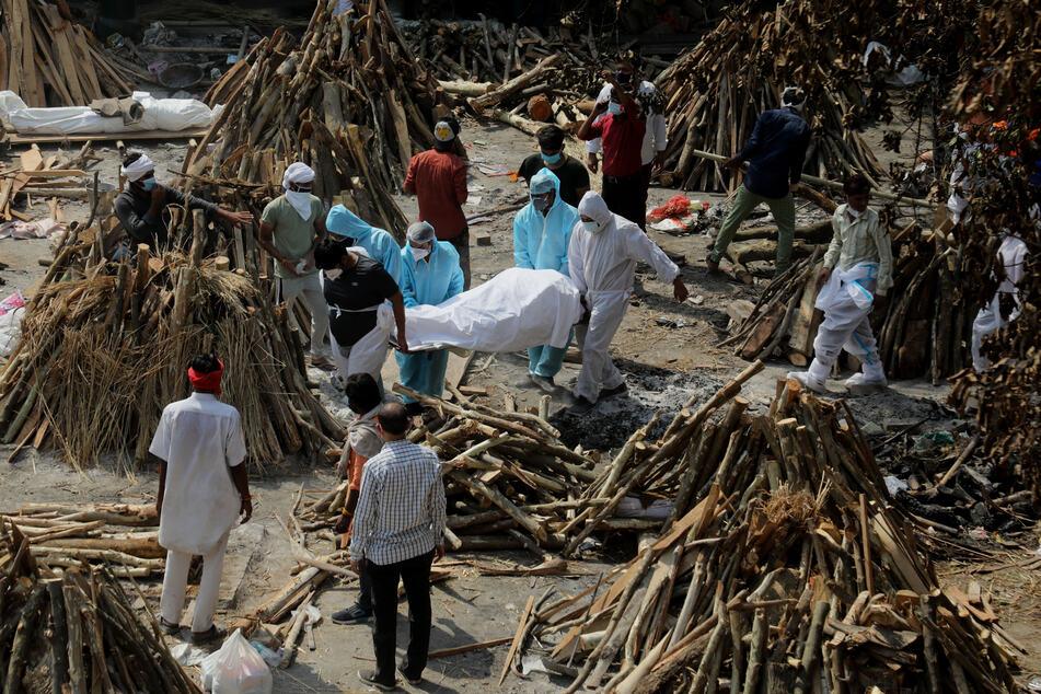 Neu Delhi: Familienmitglieder erweisen einem Verwandten, der an den Folgen einer Corona-Infektion gestorben ist, vor der Einäscherung auf dem Ghazipur-Kremationsgelände die letzte Ehre.