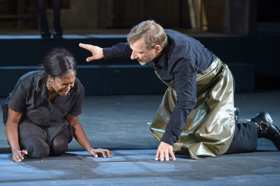 """Motsi Mabuse als Tituba und ihr Kollege Vichy Müller als Reverend John Hale bei einer Fotoprobe zu """"Hexenjagd""""."""