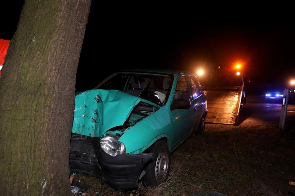 Der Opel Corsa prallte auf der Moritzburger Landstraße frontal gegen einen Baum.