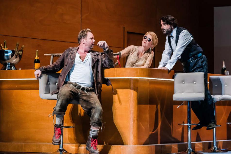 Wie ein Gemälde von Edward Hopper: Siegfried (Daniel Kirch) trifft auf Gutrune (Cornelia Ptassek) und Gunther (Pierre-Yves Pruvot).