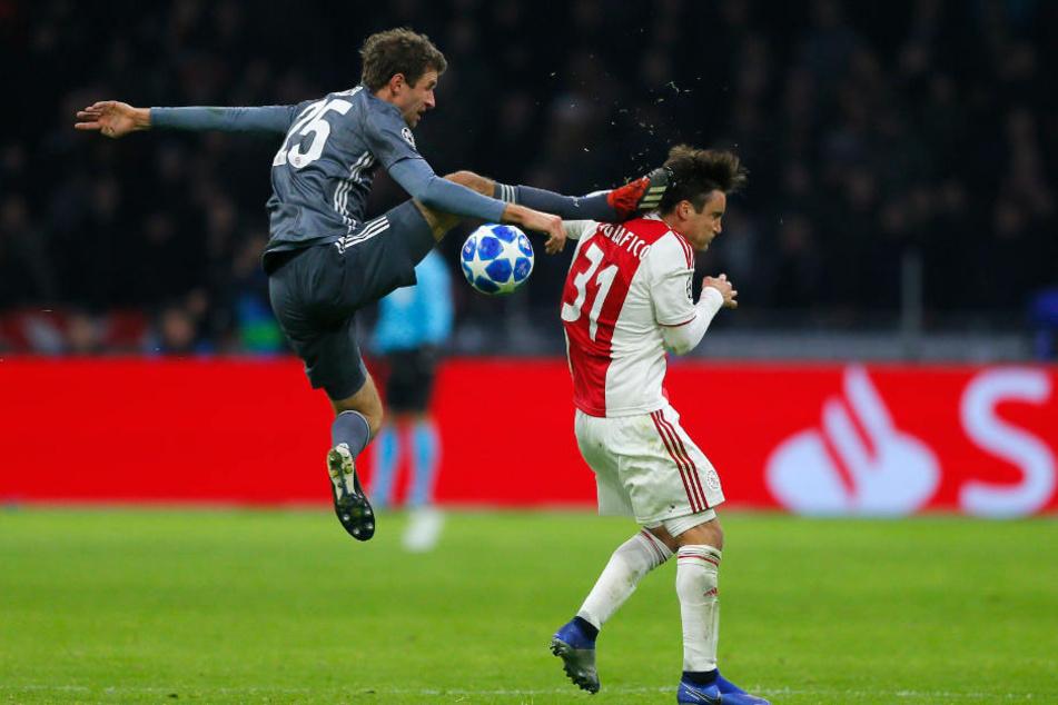 Thomas Müller sah nach seinem harten Foul die rote Karte.