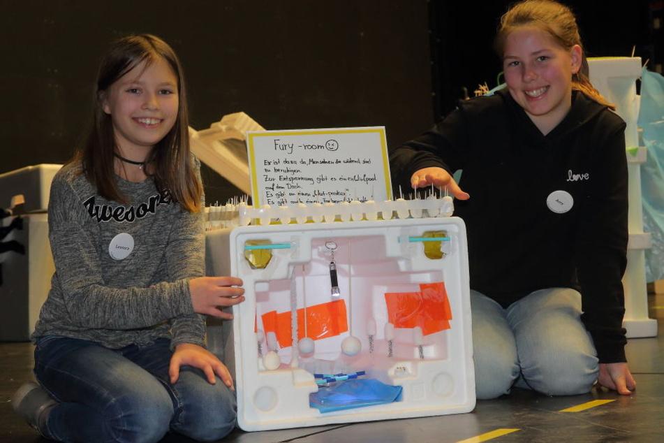 """Amy (11, r.) und Leonora (11) zeigen ihr """"Wuthaus"""" (""""Fury room"""") mit Boxring und Hindernisstrecke im Wohnzimmer."""