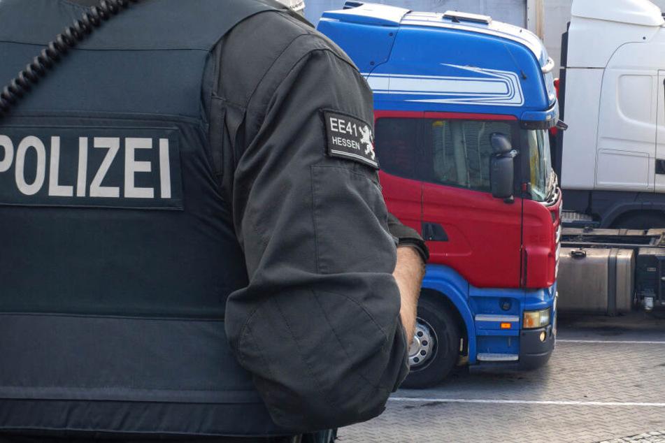 Rührend: Mit dieser Geste überrascht die Polizei an Weihnachten geplagte Brummi-Fahrer