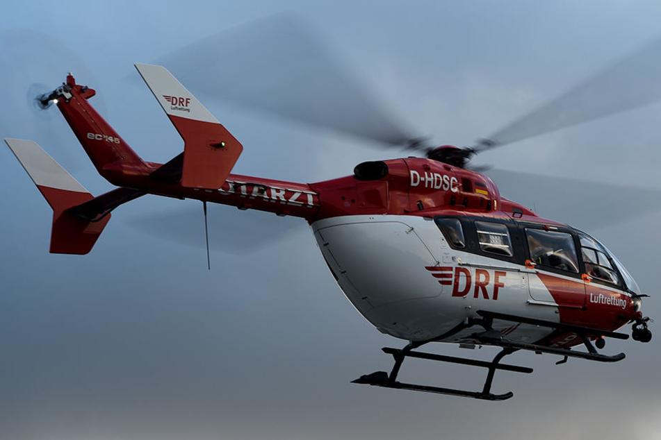 Per Rettungshubschrauber wurde der Verletzte in eine Spezialklinik geflogen. (Symbolbild)