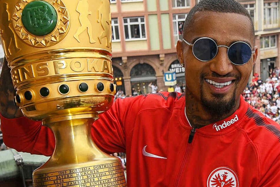 Kevin-Prince Boateng – hier mit dem DFB-Pokal – bleibt bei Eintracht Frankfurt (Archivbild).
