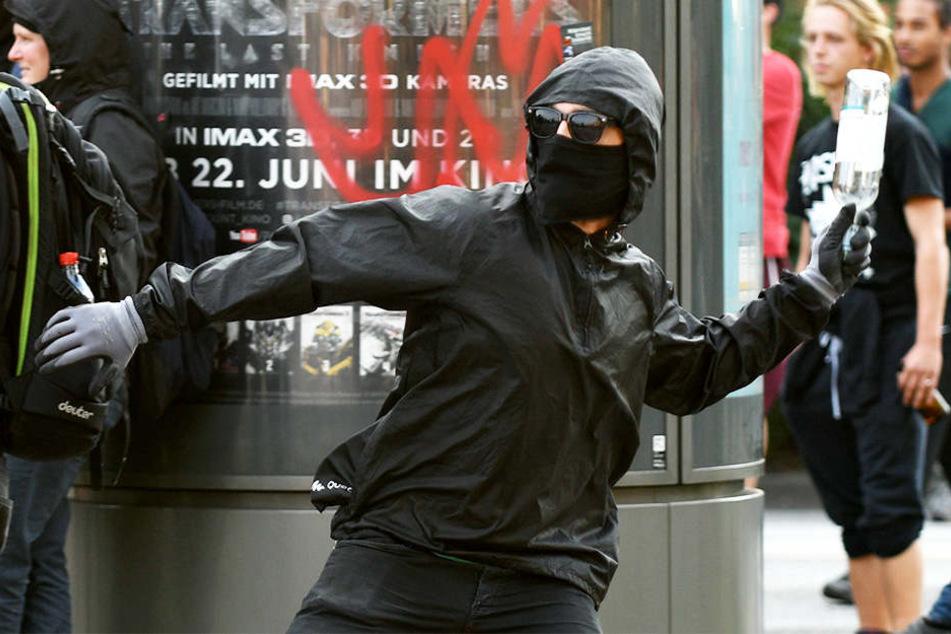 Demonstranten gingen beim G20-Gipfel in Hamburg sehr gewalttätig gegen die Einsatzkräfte vor. Manche schmissen beispielsweise mit Flaschen.