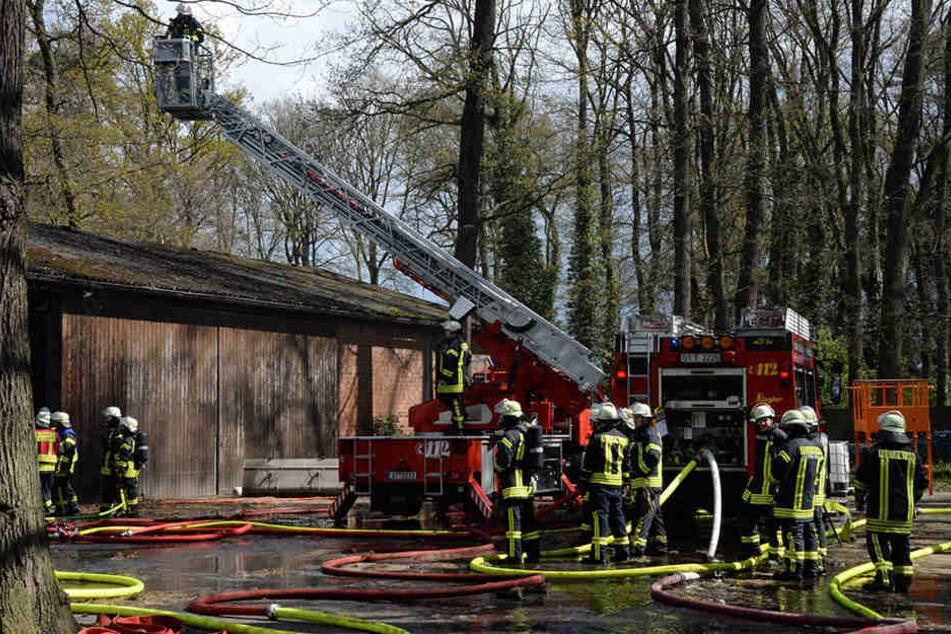 Ein Großaufgebot der Feuerwehr half beim Löschen.
