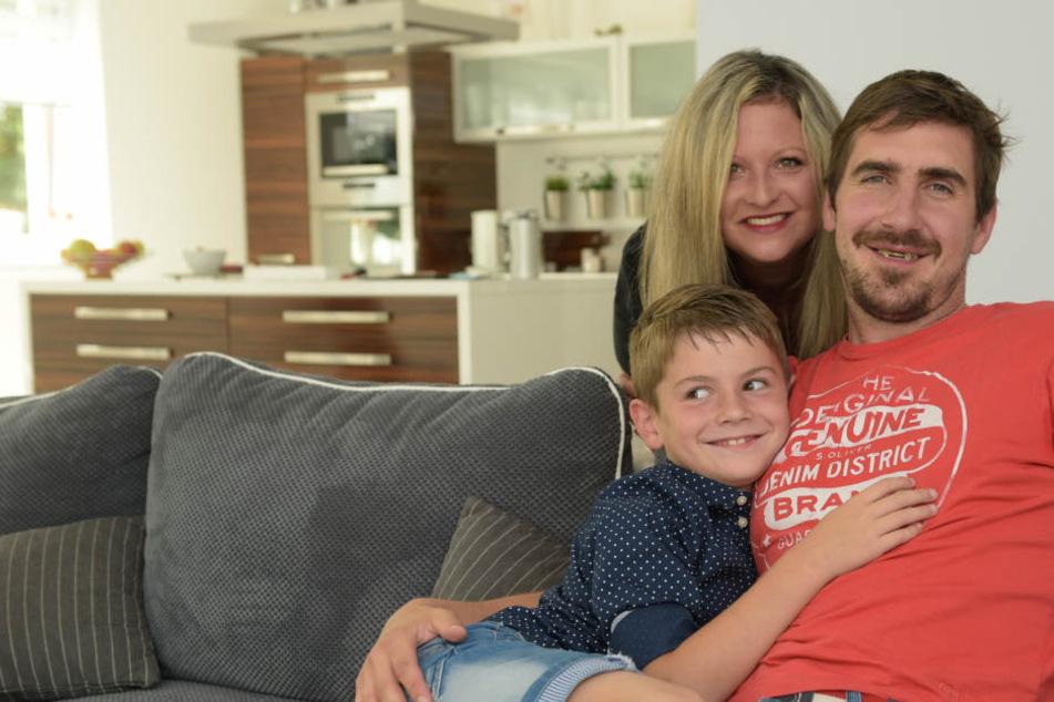 Die Macholdas: Petr mit seiner Frau Marcela und Sohn Matthias glücklich auf dem heimischen Sofa.