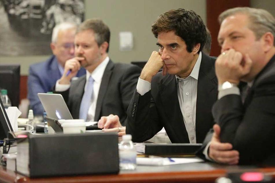 David Copperfield (2.v.r) muss sich derzeit vor Gericht verantworten.