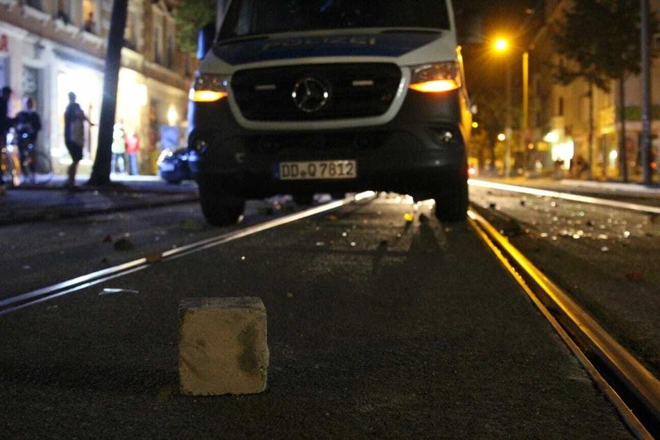 Die Polizeifahrzeuge wurden mit Steinen angegriffen.