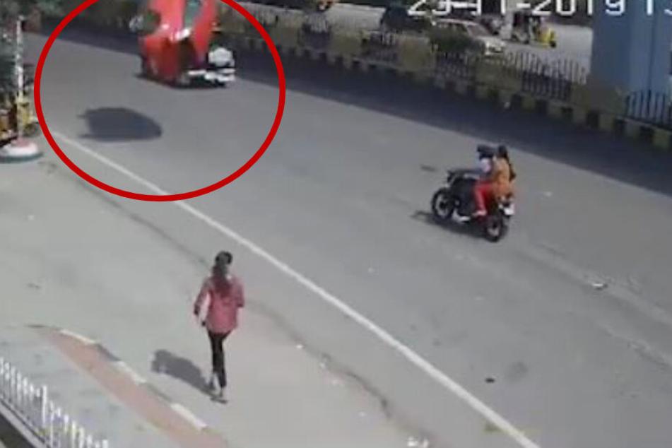 Der rote VW kurz vor seinem Aufprall auf der Straße.