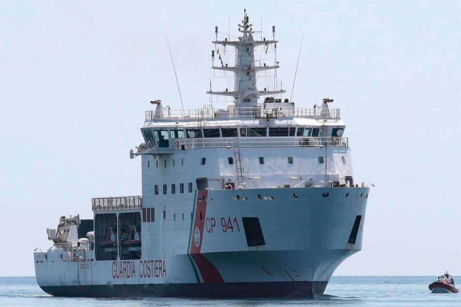 """Das Schiff """"Diciotti"""" der italienischen Küstenwache hatte Mitte August rund 180 Migranten aufgenommen."""