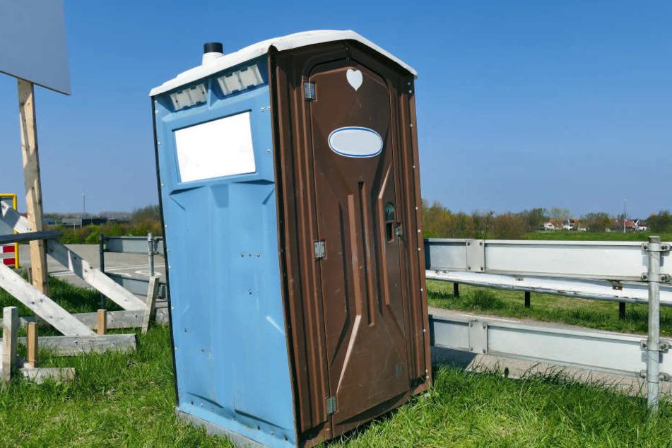 Es geht um den Diebstahl 106 solcher mobilen Toilettenhäuschen (Symbolbild).