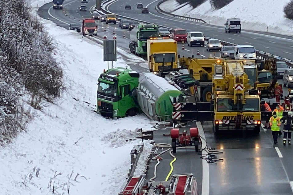 Chaos auf Autobahn: Gefahrguttransporter umgekippt, komplizierte Bergung