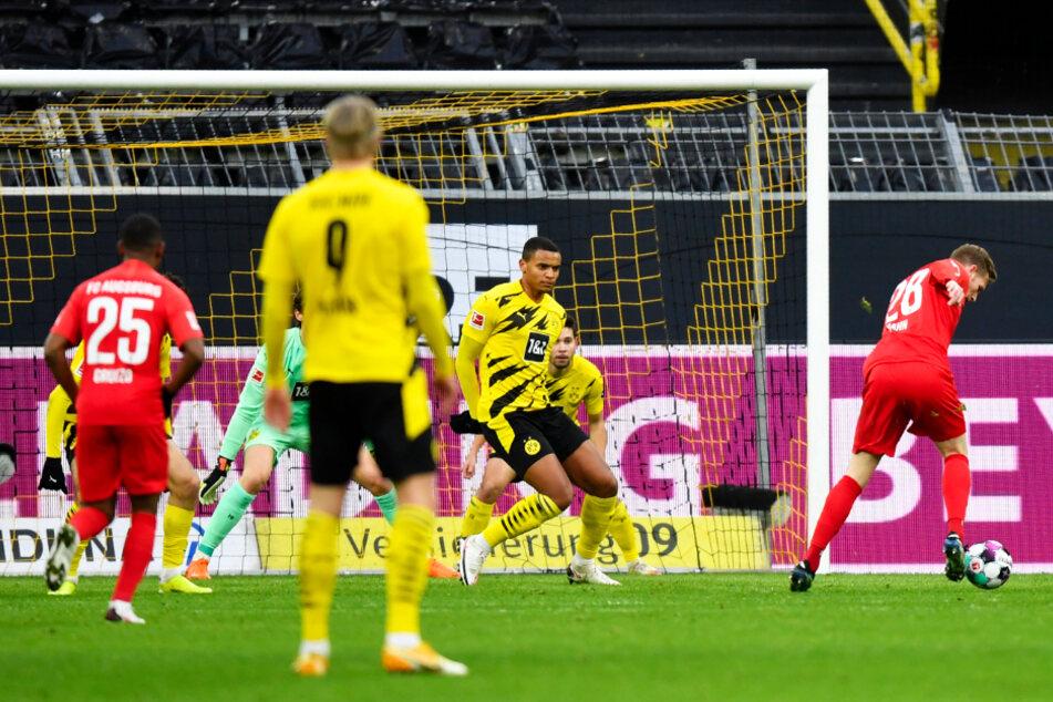 FCA-Angreifer André Hahn (r.) zieht wenige Sekunden später ab und jagt das Leder zum 1:0 für die Gäste ins Netz.