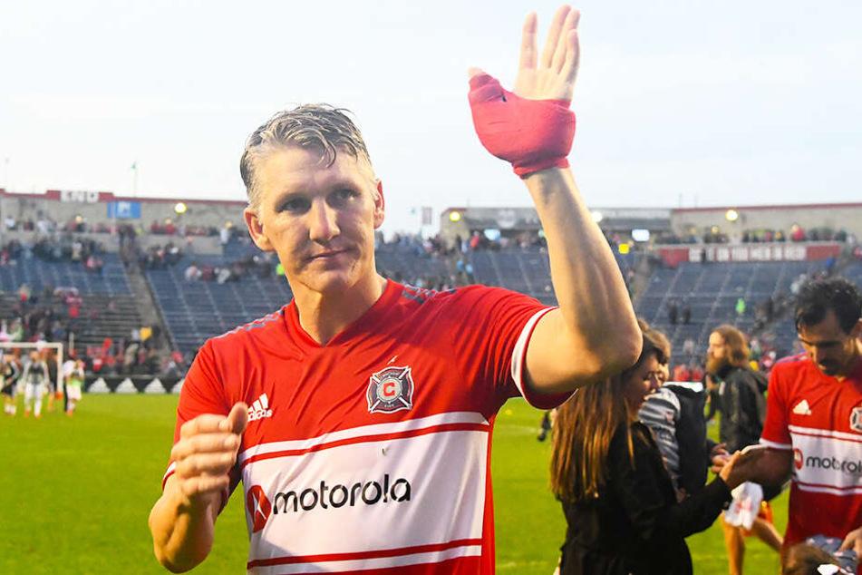 Ein müder und enttäuschter Bastian Schweinsteiger winkt nach dem Unentschieden gegen Toronto den Fans von Chicago Fire zu.
